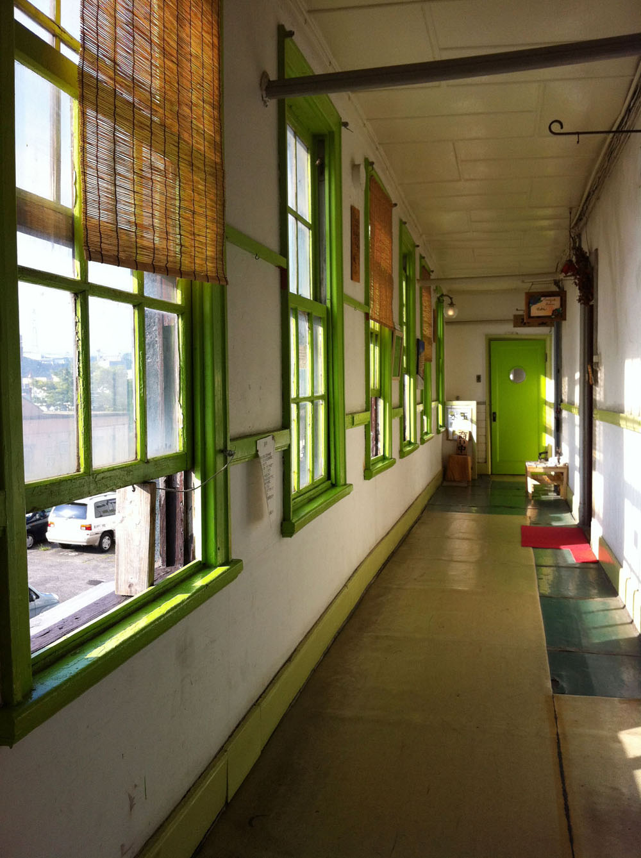 新海運ビルの廊下。外国にいるような、懐かしい場所のような…