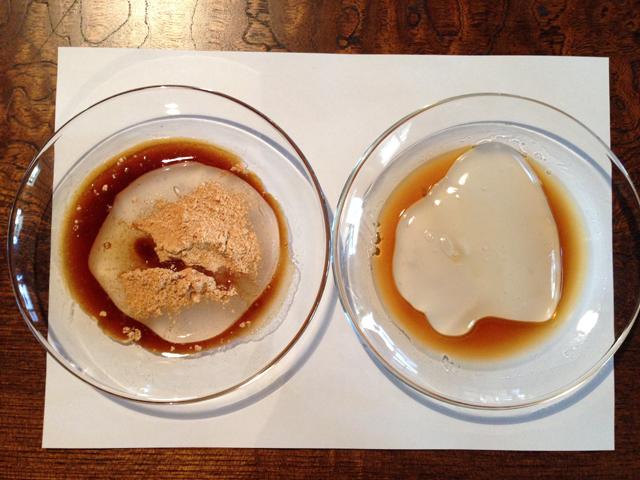 左は黒蜜ときな粉でデザート感覚、右はポン酢で酒のつまみ感覚の葛練り