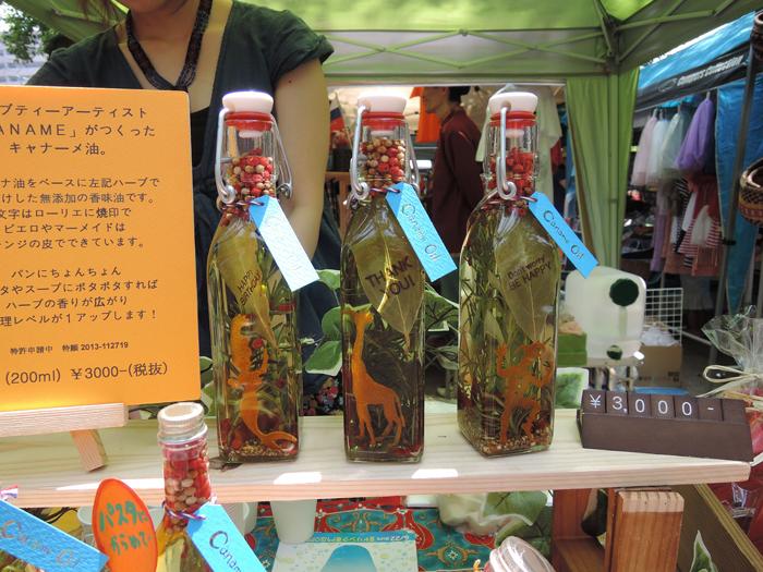 こちらはハーブをブレンドしたオリジナルオイル「キャナーメ油」とハーブティーを制作・販売するハーブティーアーティスト兼抜型師のKANAMEさん(右)。ハーブの香りが心を満してくれるとてもステキなオイルでした。