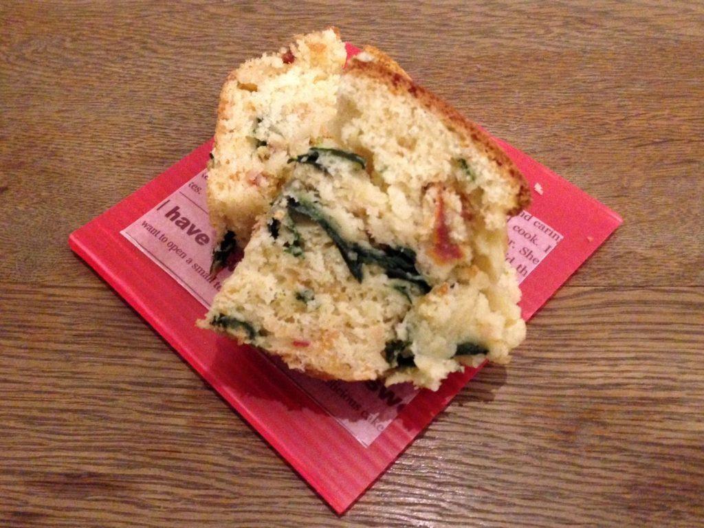 トマトとほうれん草のケーク・サレ。甘くないケーキのようなものなので、甘いものが苦手な方にもぜひ食べてもらいたい!