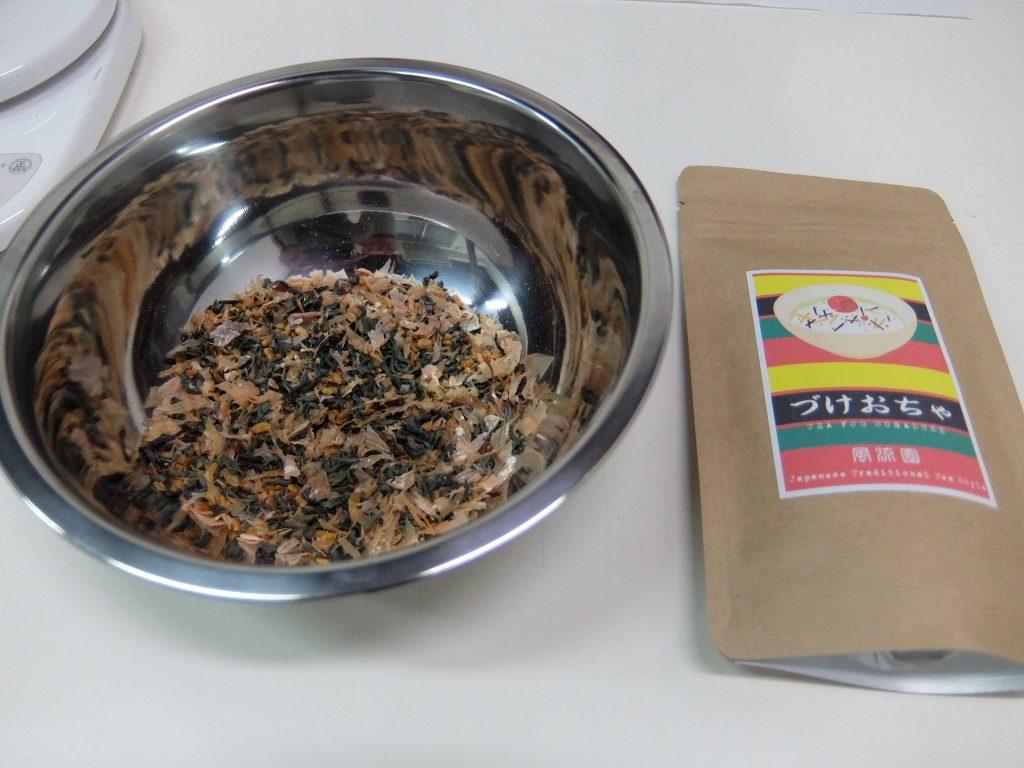 お茶漬け用の番茶「づけおちゃ」は、お出汁のような味わいで、白ごはんにぴったり!