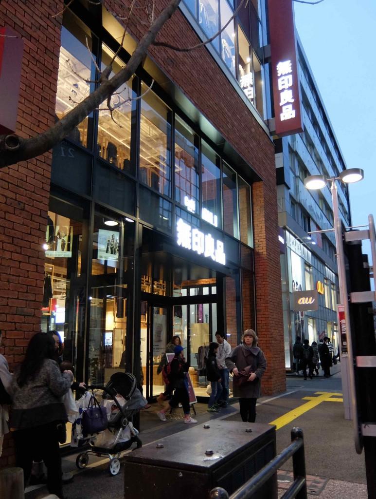西通りに面した5階建ての路面店。九州最大の売場面積らしいですよ〜