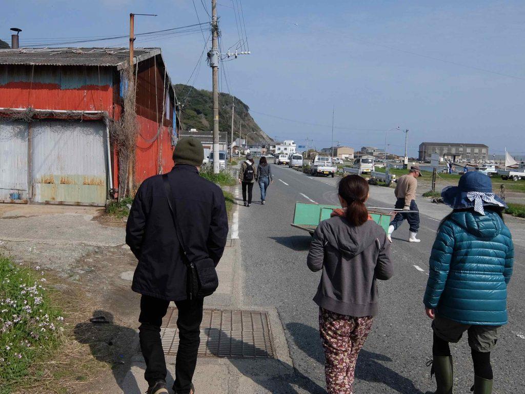 歩いて5分ほどのところに、ワカメの加工場があります。お天気がよくてよかった〜