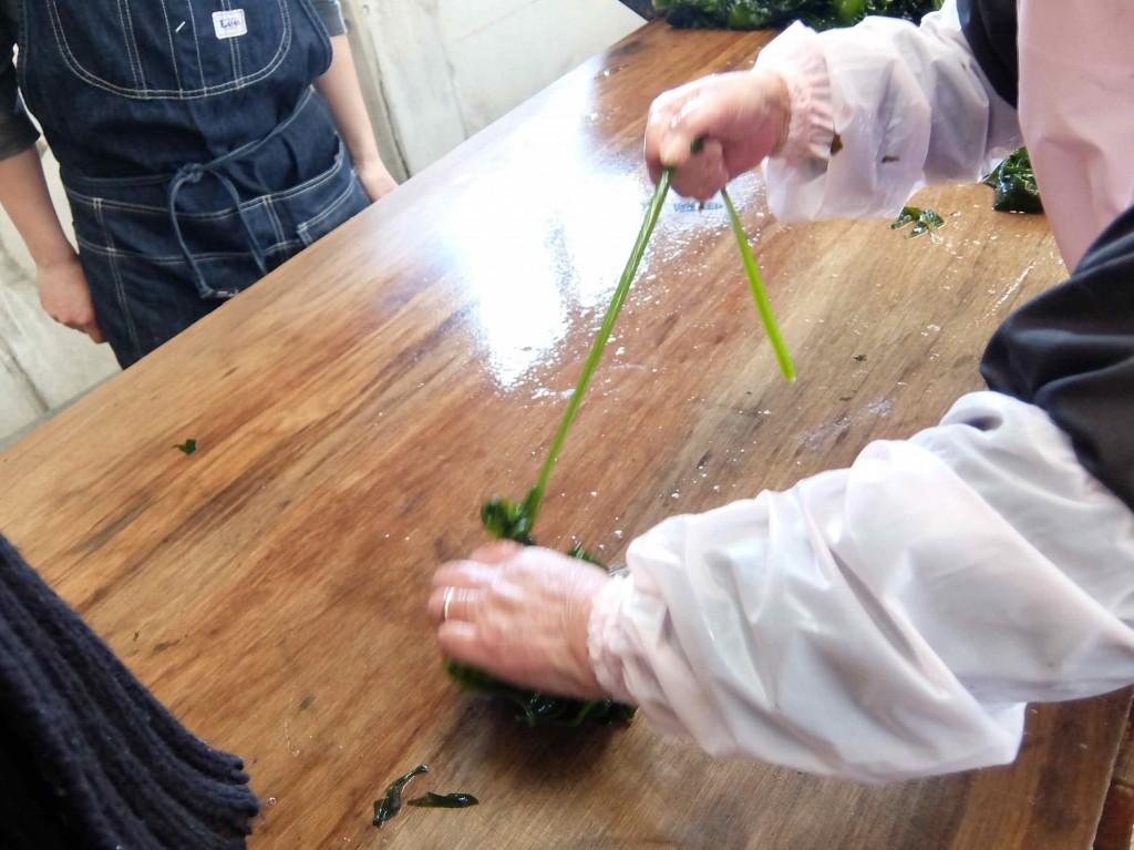 茹で上ったワカメはひらひらの部分と茎の部分に手で割きます。さすが島のお母さん、あっという間にやってのけます。