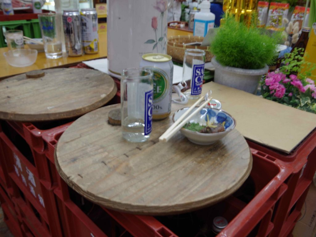 鏡開きで使った後の樽の蓋をお盆に再利用。お客さんがつくってくれたんだそう。