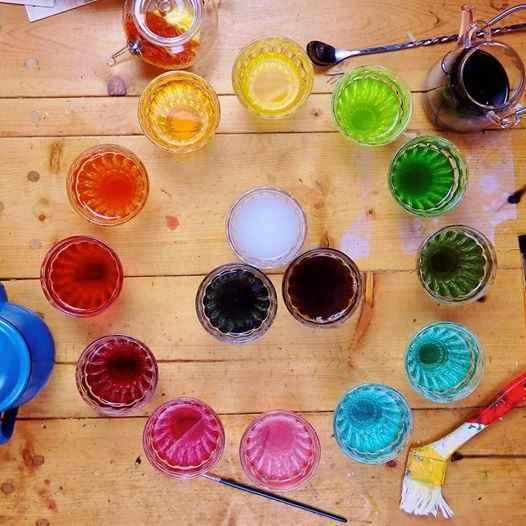全て、野菜やハーブから抽出した色。これだけきれいに色を出すのには、ちょっとした知識とコツが必要なのだとか。植人、ハーブティーアーティストのKANAMEさんに教わります。