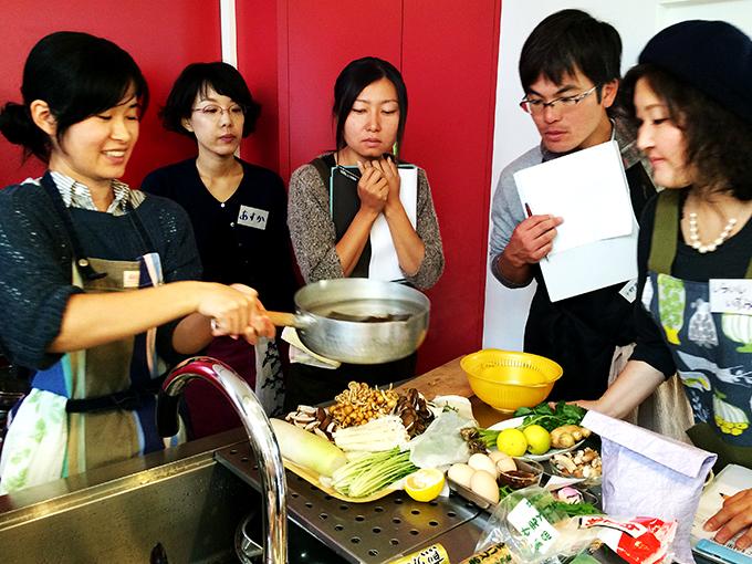 conabeの京子さん(写真左)が出汁の沸騰具合をレクチャー。