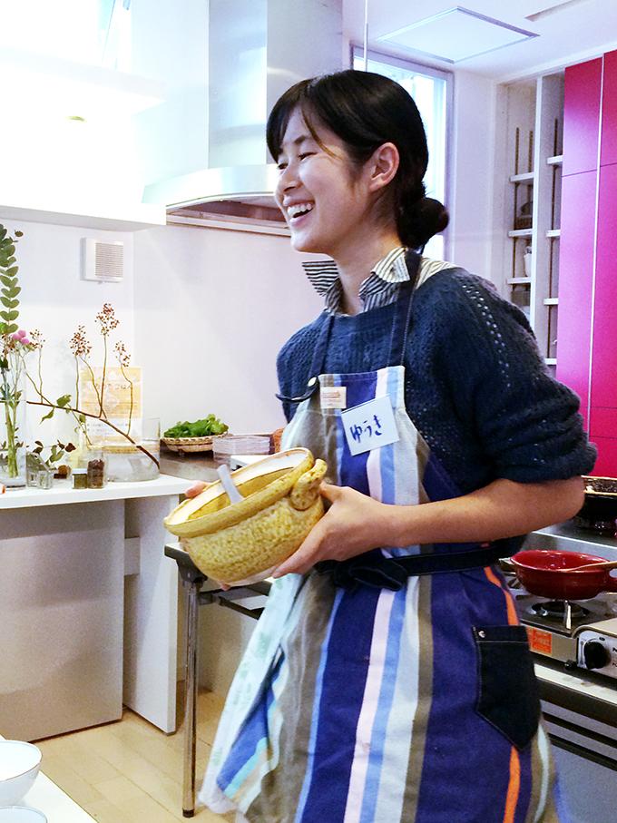 土鍋ワークショップユニットconabeの京子さん。 土鍋は使い始めにお粥を炊くと割れにくく長持ちする、など土鍋のお手入れ法をレクチャー中。