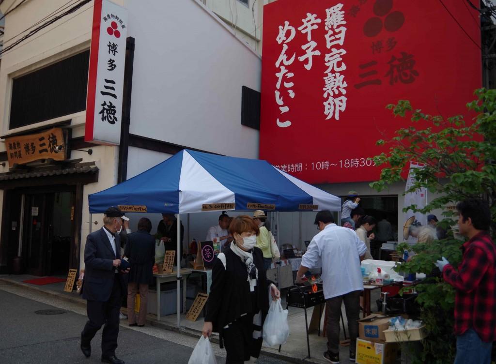 博多の老舗海産問屋「博多三徳」さんで毎月行われているマルシェは、とても賑わいます。ご近所さんにも人気らしいですよ!