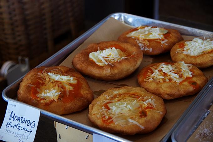 ピッツァ・モンタナーラと呼ばれる揚げピザには、自家製のトマトソースに、モッツァレラとパルメザンチーズがたっぷり。引きが強くもちもちした生地がたまりません