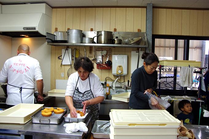 7開店中も、マンマとシルビオさんは裏のキッチンでせっせとお菓子づくり。愛さんがお客さんの元に運んで、切ったり、包んだり。ときにはイタリア語、ときには英語、ときには日本語で、コンビネーション抜群の3人
