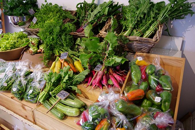 色彩豊かなニンジン、ラディッシュ、パプリカに、今の時期は葉野菜が豊富。知らない野菜ばかりで、見ているだけで楽しくなる八百屋さん「アプテカ」