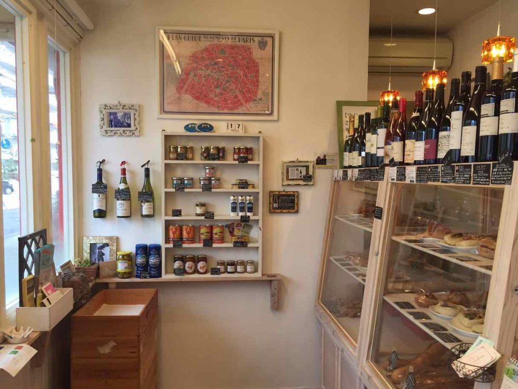 店内には、パンの他にも瓶詰めやワインもお洒落に並べられています。