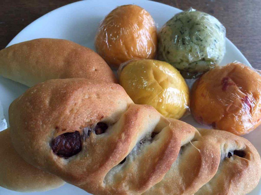 野菜を練り込んだカラフルなパンや素材のおいしさを引き出すパン。ふっわふわの食感がたまらない〜