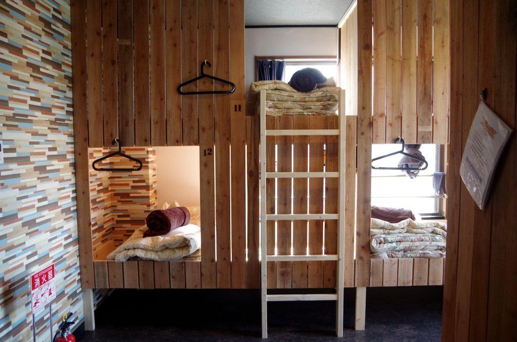 「もっと通路を狭くすればベッド数は増やせるけど、それじゃあ快適に滞在するのが難しいでしょ」と石井さん。おしゃれなデザインの中にも、利用する人の目線がしっかりと入っていることがうれしいです