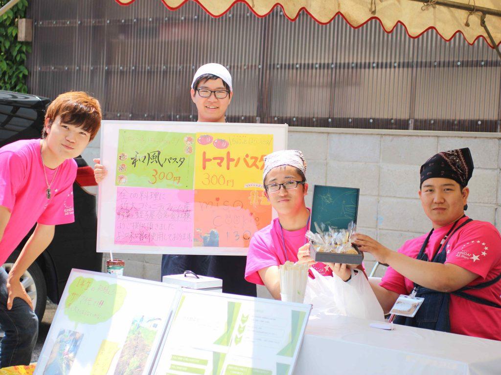 近畿大学コミュニティファームのみなさん。彼らが育てた野菜とエビス味噌さんの味噌を使ったお料理を出されていました。