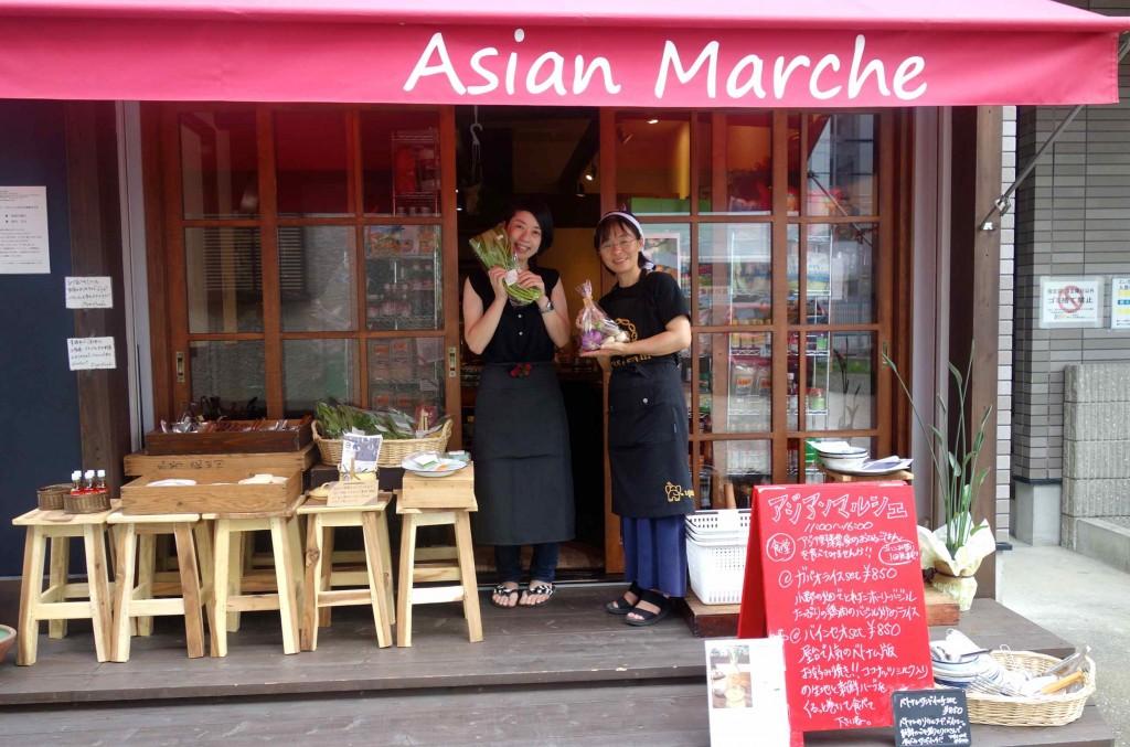 赤い屋根が目印の『Asian Marche』。川辺農園の久美さんとスタッフのかおりさんが素敵な笑顔で迎えてくれます。