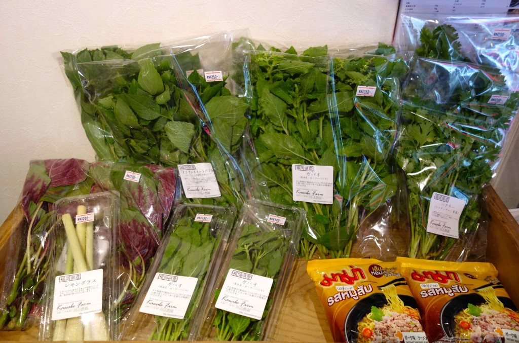 店内には、パクチーや空心菜、アジアンスイートバジルにガパオ、レモングラス等、その時美味しいアジア野菜が並びます。