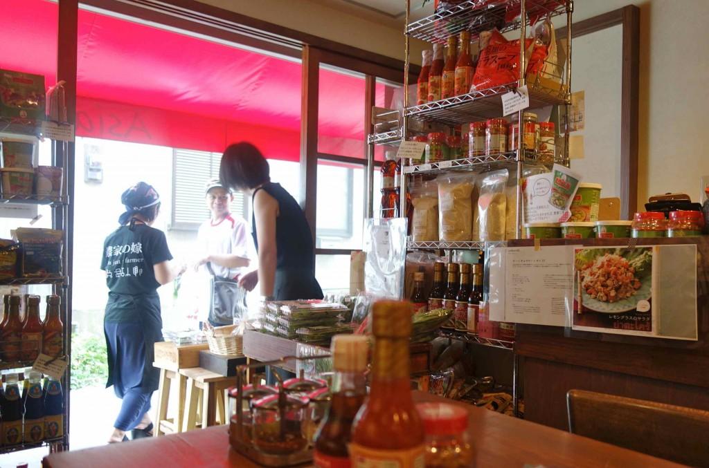 久美さん、スタッフのかおりさんはタイ語が堪能。タイ料理のシェフとタイ語で会話、なんていうのはいつもの風景。気分はタイのマルシェですね!