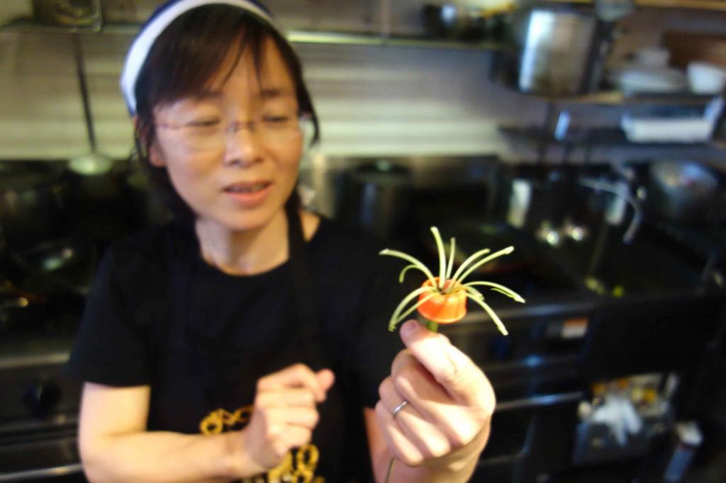 久美さんオススメの空心菜カッター。カットした茎はしばらくするとクルクルっとカールされて、見た目にもかわいらしくなります